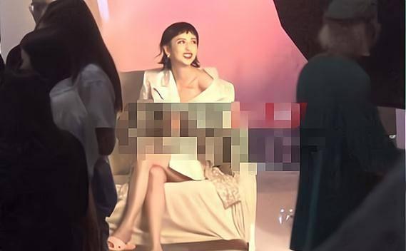 佟丽娅现身摄影棚拍照,真空上阵,穿着性感,频频低头险走光