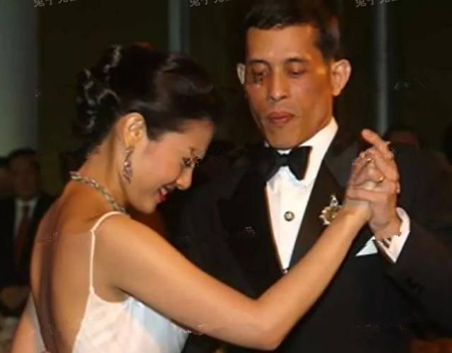 继母讨好皇子们手段一套接一套!亲吻拥抱给依靠,牵手也有小心机