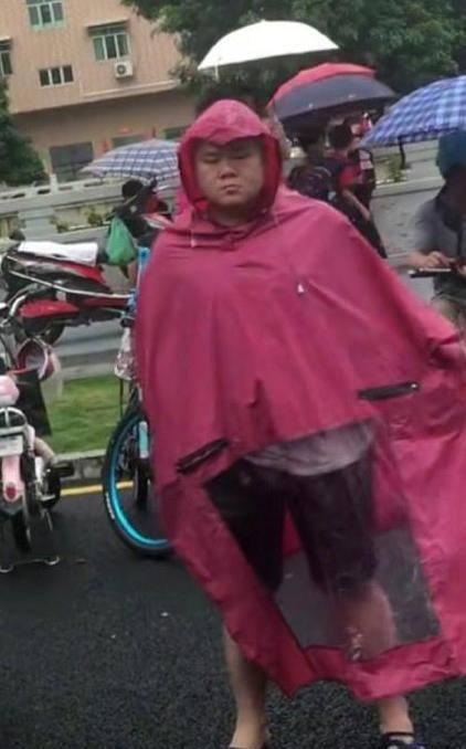 岳云鹏与雨衣哥同台亮相,对自己长得像岳云鹏,天天看没觉得像(图2)