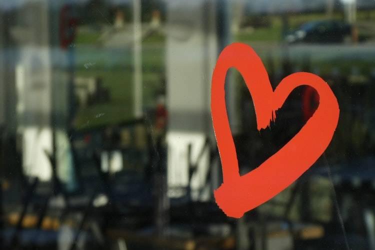 图片[2]-一个人说爱你,却不给你这些东西,意味着你是备胎-泡妞啦