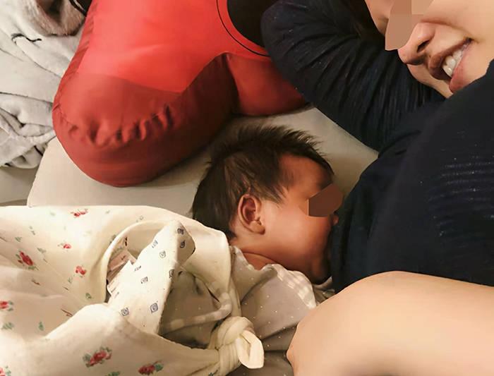 滿月席間,媽媽在餵奶時,一男性親戚湊前觀看:寶寶吃得香不香?