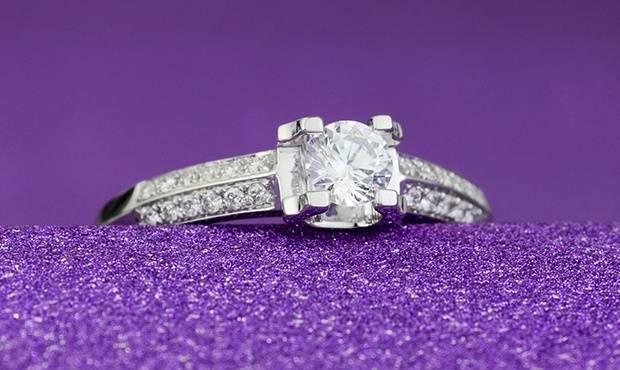 【男生求婚送钻石】男生求婚送女生30分钻戒还是50分、1克拉钻戒呢?