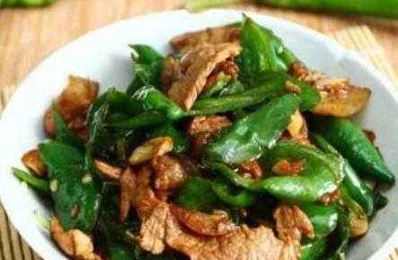 辣椒炒肉是先放辣椒還是先放肉?第一步就錯了,活該不好吃!