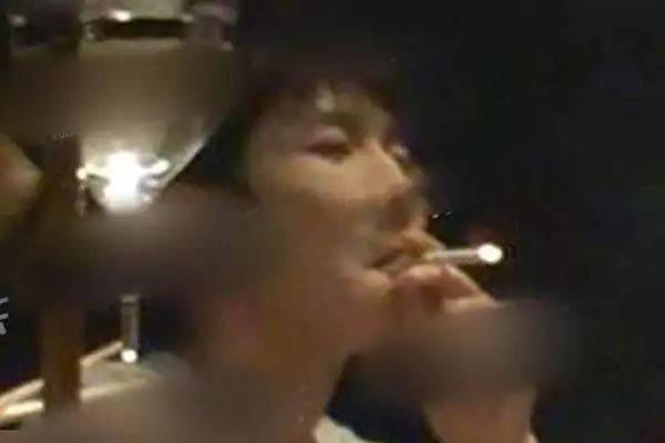 起带头作用?王源室内吸烟被罚后,天后王菲改抽电子烟