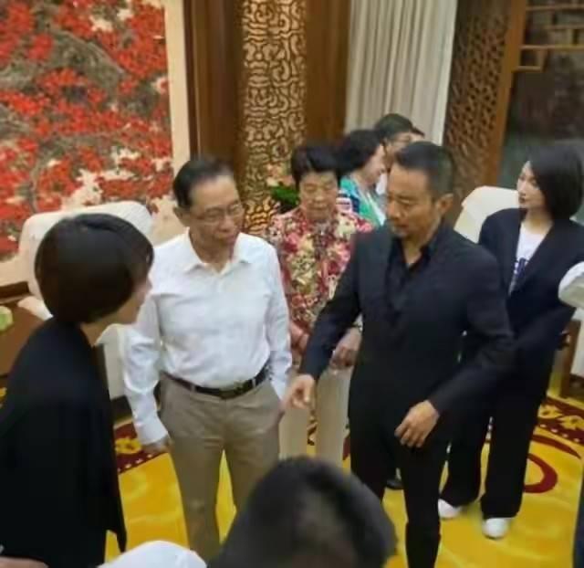 钟南山带妻子罕见现身!穿白衬衫站C位比明星有排面 妻子气质佳 爸爸 第5张