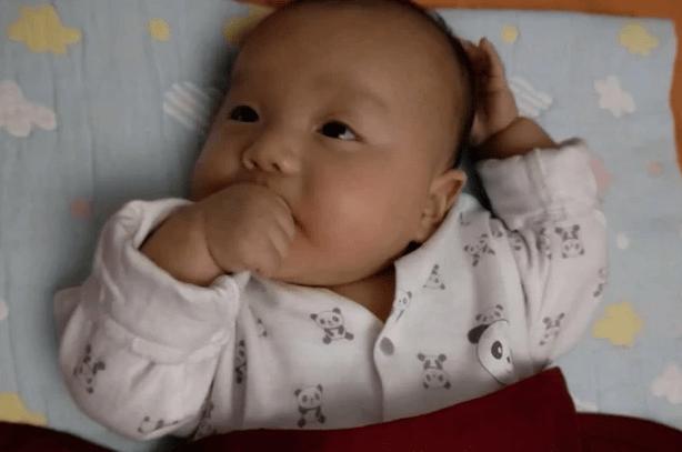 """""""啃手""""与""""不啃手""""的宝宝 差别比想象中多 戒掉需注意方法-家庭网"""