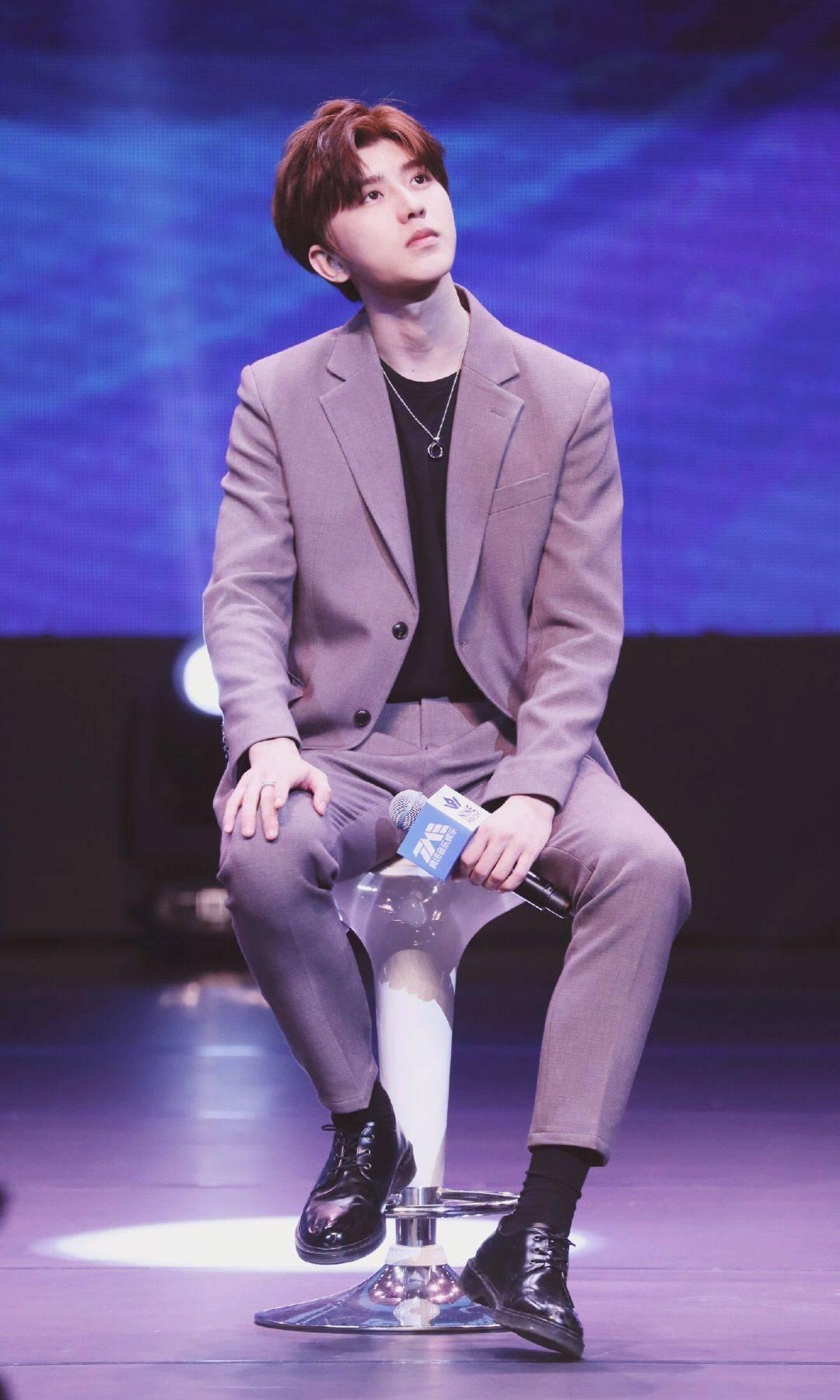 蔡徐坤穿西装不挺帅的吗?蔡徐坤最新西装造型舞台上好耀眼