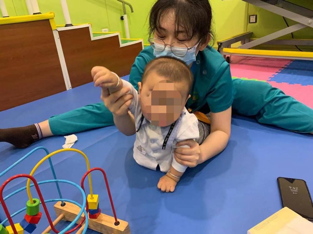 儿童发育迟缓 小儿脑瘫不会翻身?是什么阻碍了宝宝翻身运动发育?-家庭网