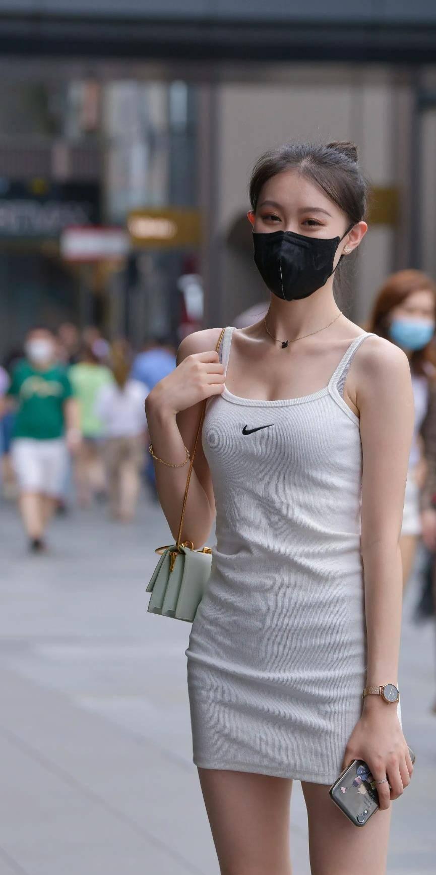 美女一身吊带连衣裙,尽显优雅气质,完美身材让人羡慕