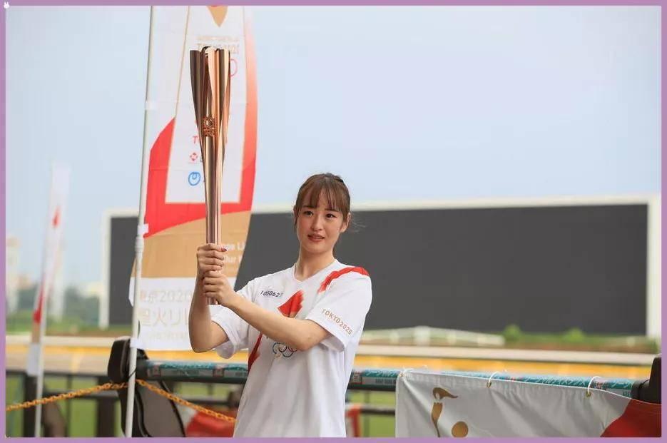 """日本美女骑师""""赛马""""传递奥运圣火,首批马运动员飞抵东京"""