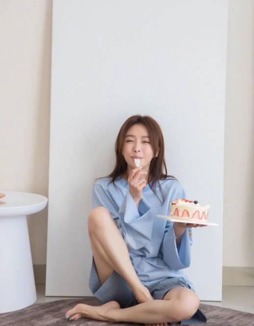 42岁秦岚晒生日美照,穿宽松睡衣诠释男友风,比24岁女人更有光芒