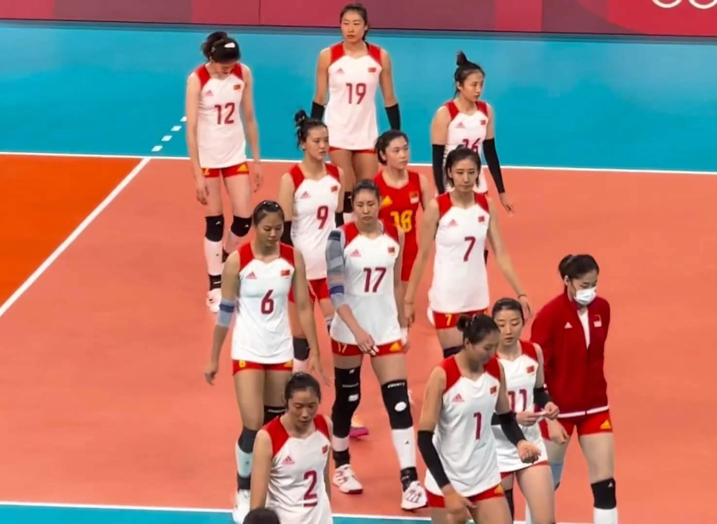 太心疼!中国女排与对手致意后黯