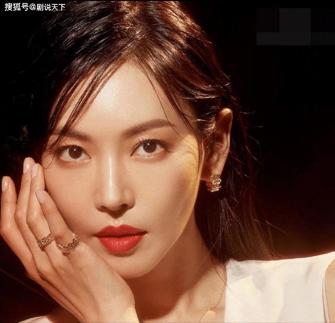 41岁的金素妍状态:锁骨明亮无畏 不愧为《顶楼》美女