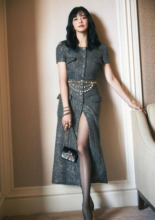 姚晨换发型大变样,穿亮片裙配黑丝闪耀又迷人,剪刘海戴耳环好美