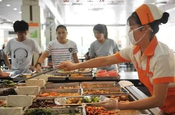 某高校食堂涨价离谱,价格堪比饭店,穷学生表示吃不起!