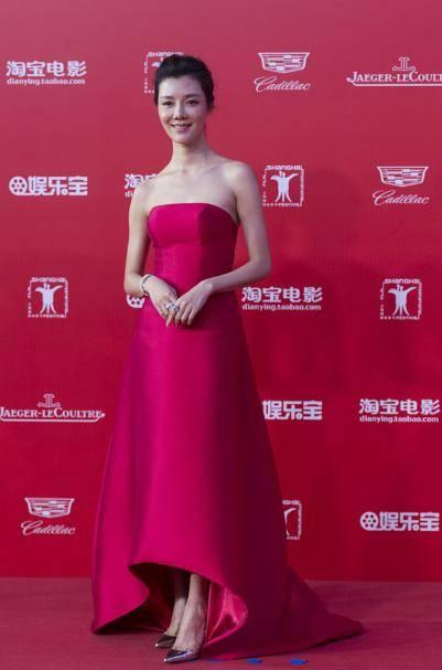 车晓太有气质女神范,穿红色抹胸连衣裙性感精致,优雅大气超有范