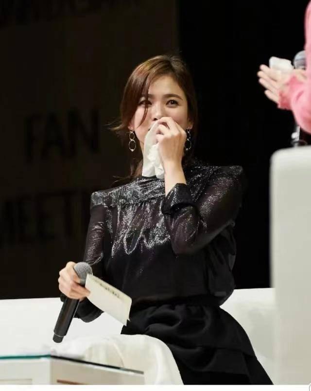 宋慧乔的原装身材真靓,黑色上衣配半身裙知性干练,时髦大气
