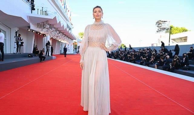 34岁莎拉波娃走红毯,薄纱迪奥裙仙气十足,穿身上却是显老又显壮