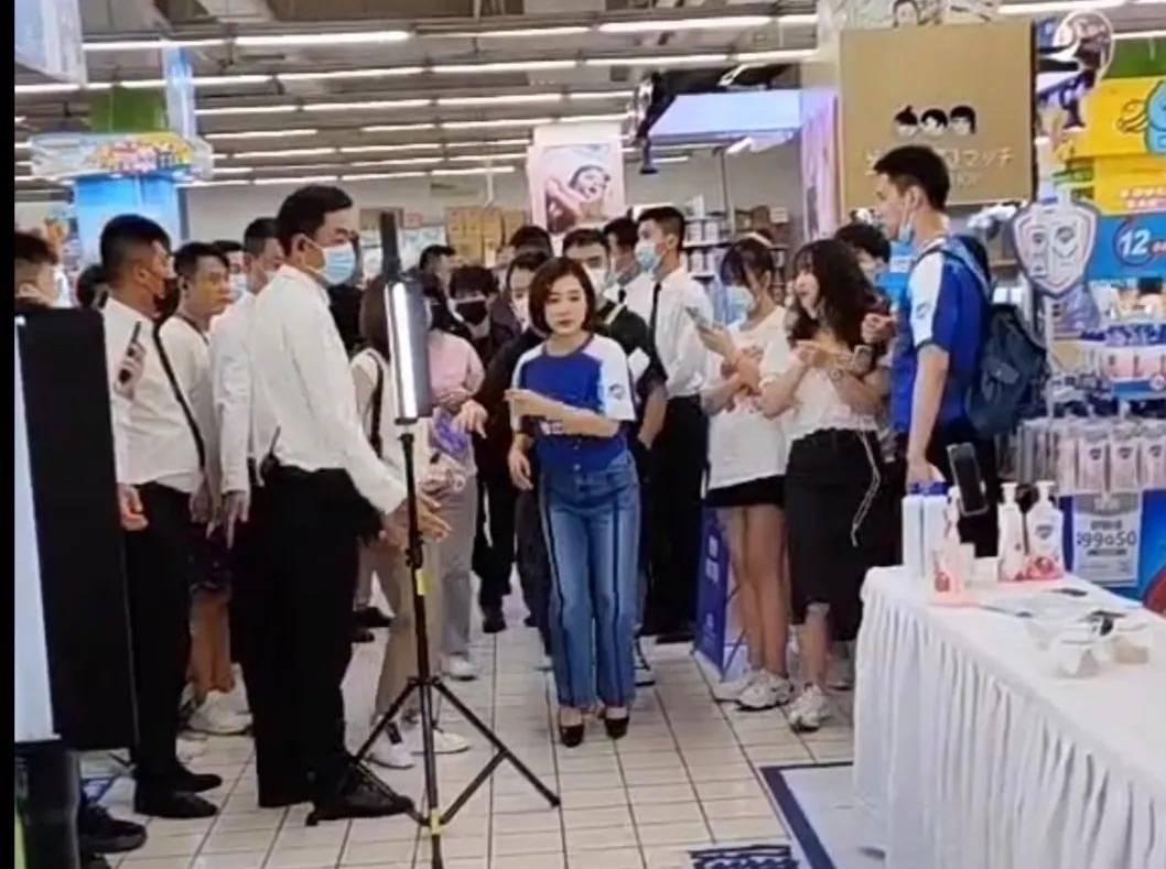 在超市偶遇刘璇做活动,穿高跟鞋身高还这么真实矮,有1米5吗?