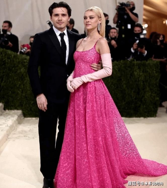 贝克汉姆长子,未婚妻一套粉裙,不比贝嫂?