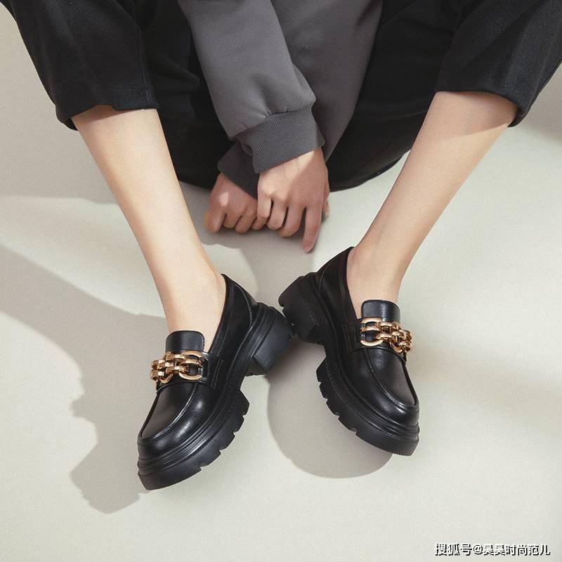 入秋别再只会穿小白鞋了,今年秋天流行穿乐福鞋,简单舒适又百搭