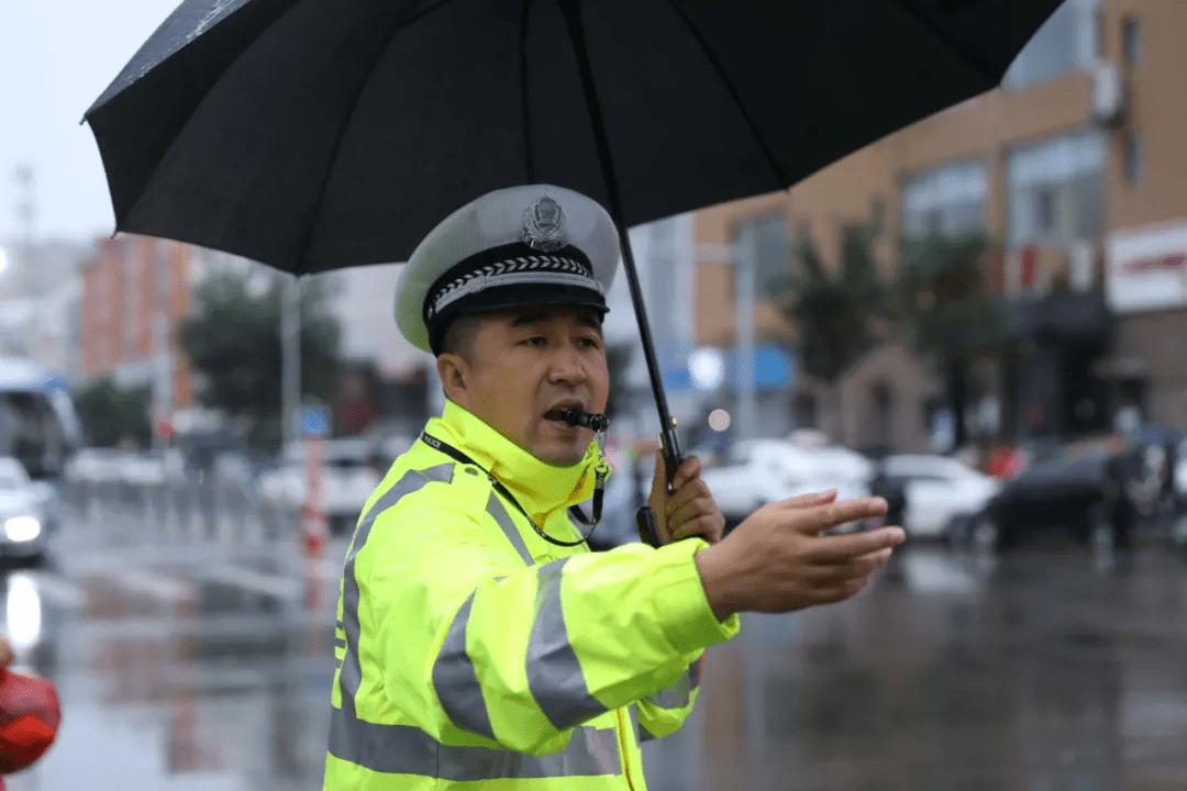 """吕梁交警为您撑起雨天出行""""安全伞"""""""