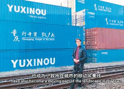 海洋正在介绍来自中国的集装箱上的汉字。