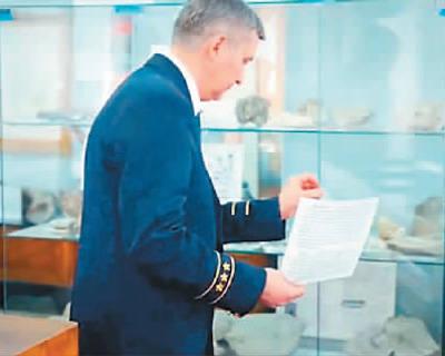乌拉尔地质博物馆馆长正在替换修订后的中文说明。
