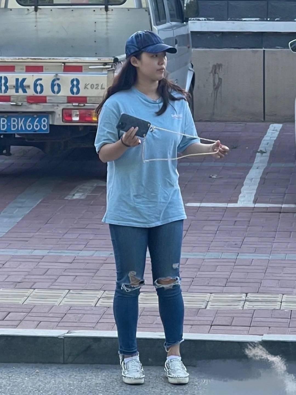 在街头拍到白百何,这才是现实中的妇女样,130斤身型胖的真实!