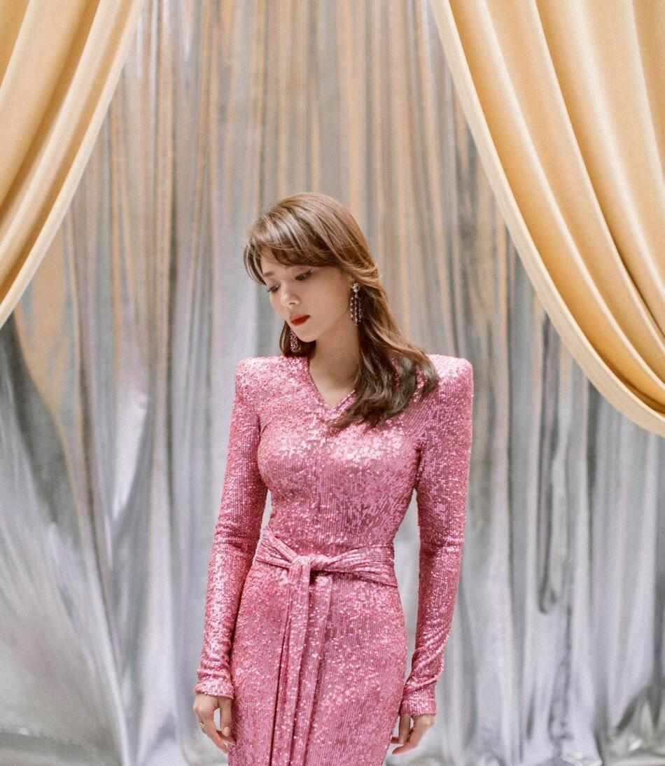 42岁刘涛这衣服太美了,穿人鱼姬色长裙很闪耀,气质更是抢镜