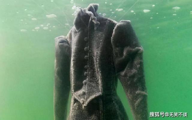 如果把一件黑色礼服放入死海中泡2年,会变成什么样?