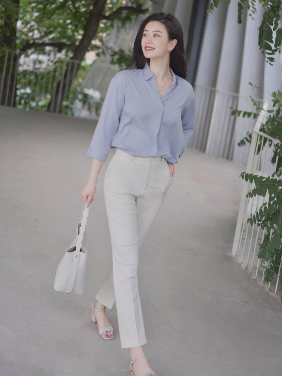"""秋天的""""浅蓝色""""衬衫真流行!搭配西装裤和大波浪卷发,魅力全开"""