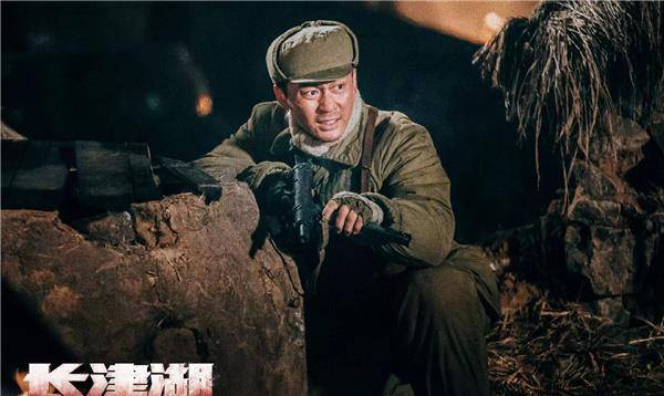 《长津湖》首映后台,三位主演晒吃汉堡合照,吴京噎住表情引爆笑