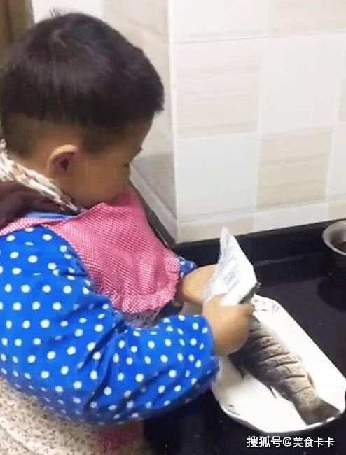宝宝做糖醋鱼给妈妈,看到孩子操作众人佩服,网友:你家缺儿媳吗