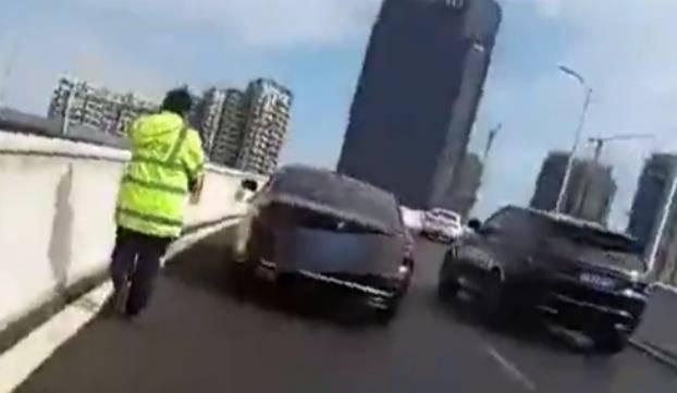 南昌女子自称有十年驾龄,但是开到高架桥上,不敢开求救交警