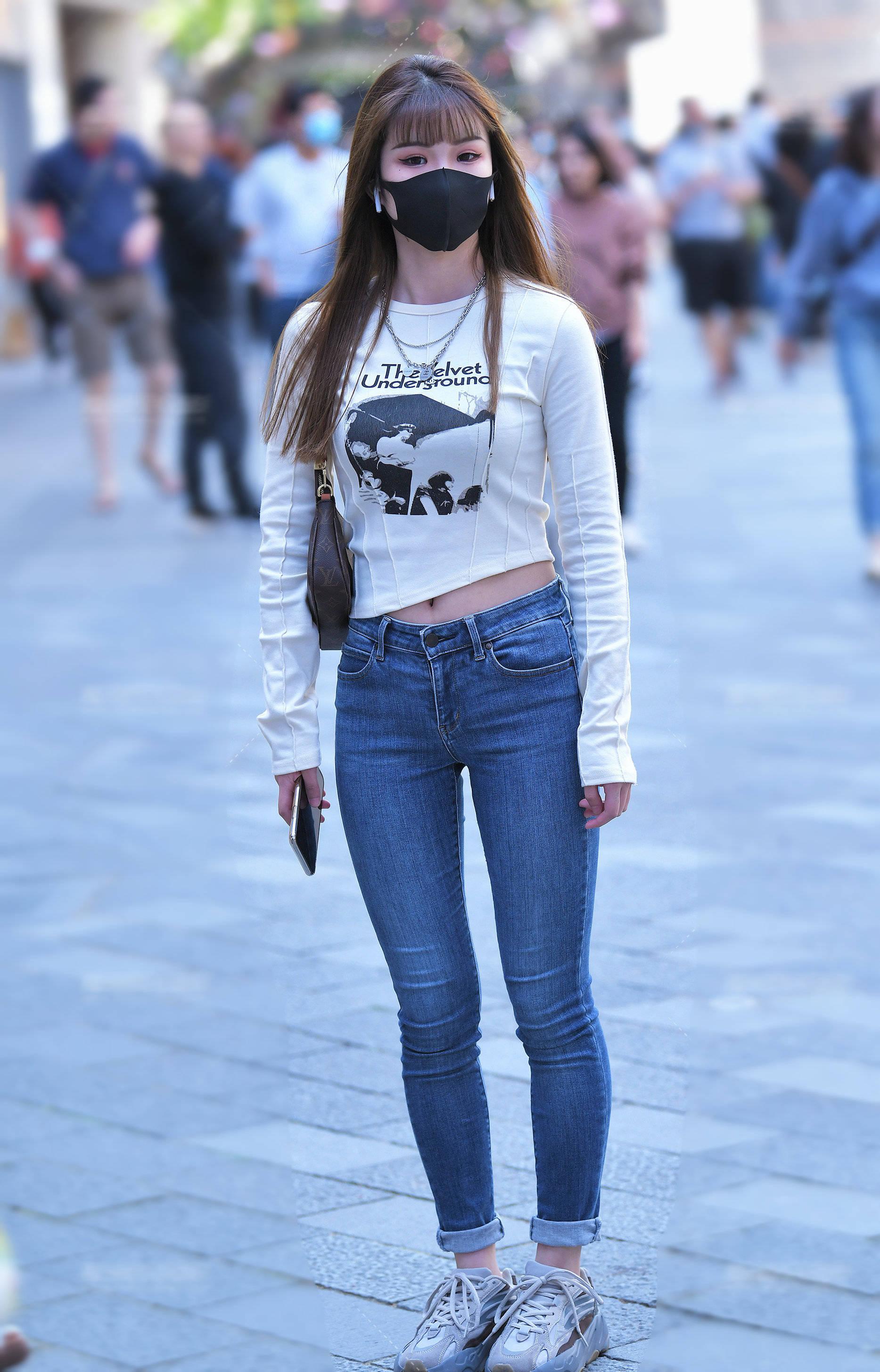 街拍:牛仔裤搭配白色体恤,简单随便,非常漂亮