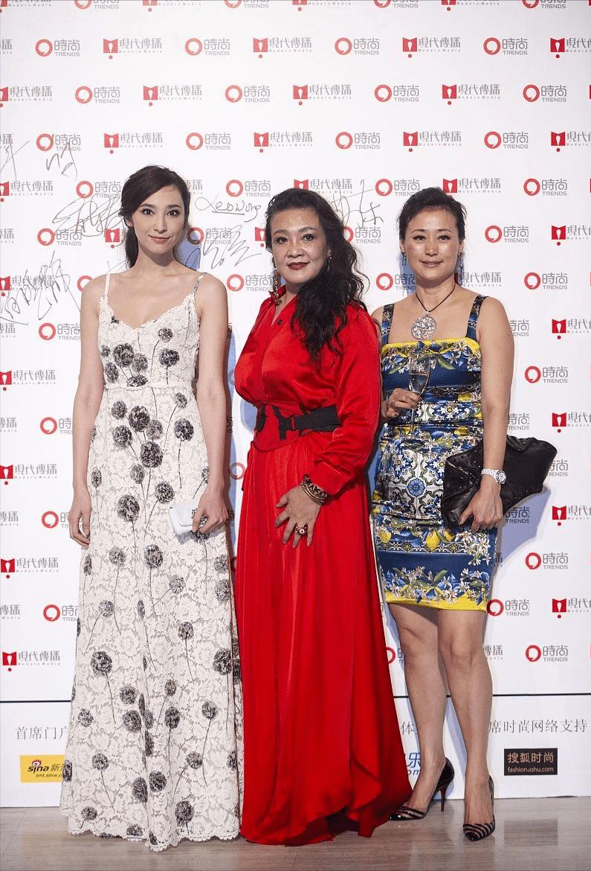 汪小菲妈妈和吴佩慈同框不打怵,穿红裙好惊艳,身材比模特还丰满