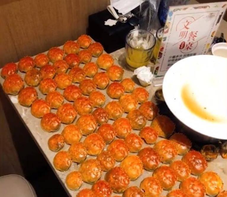 安徽6个女孩吃掉154只螃蟹,蟹壳铺满一桌老板傻眼了:被上了一课