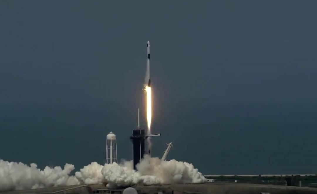 刚刚,马斯克改写人类航天史!SpaceX实现全球首次商业载人发射