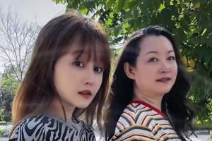 趙本山妻子和女兒合影像極姐妹花,56歲馬麗娟秀髮披肩顯年輕