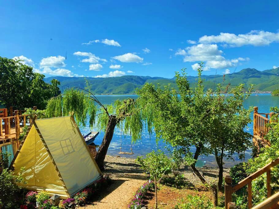 躲在山坳里的客栈风民宿,旁边就是湖景