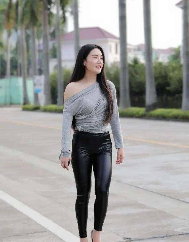 原创             自信漂亮的打底裤装扮尽显甜美风格,显得性感动人,高挑显瘦