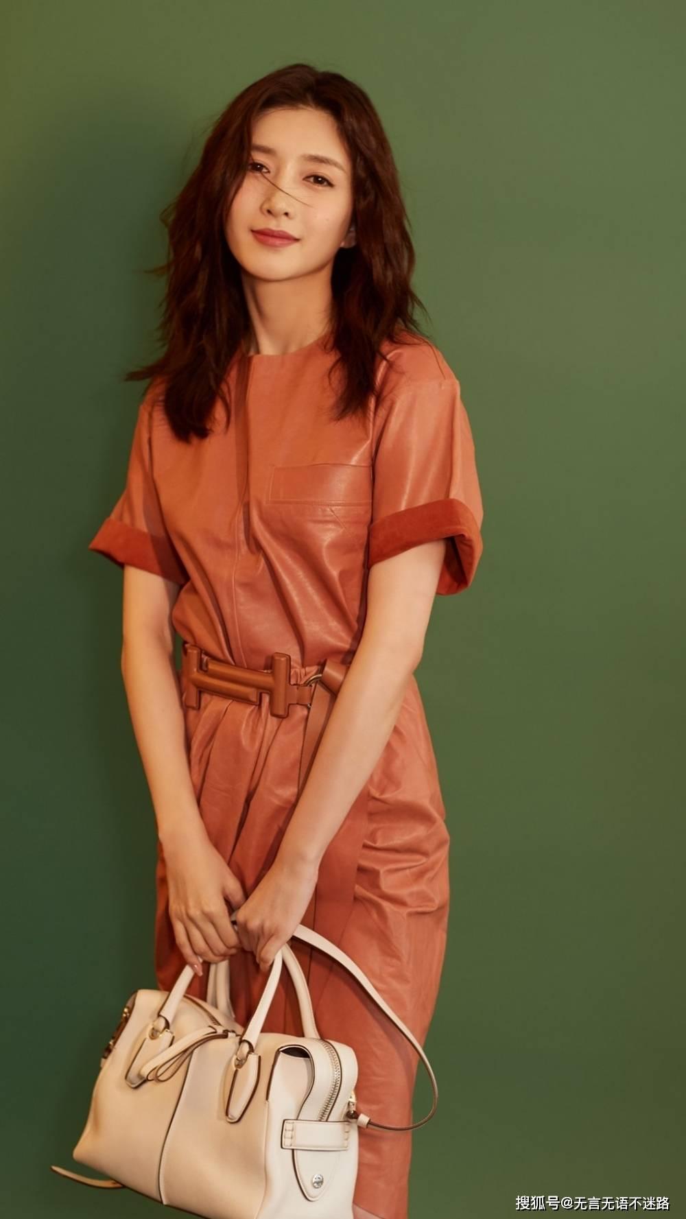 江疏影,发丝微动,温柔皮质短裙时尚代言