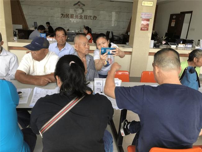 南京六合竹镇镇大泉村为合适条件的老年人配备智高手表