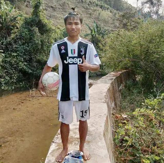 水中练球的云南少年哭了:好好准备高考,考足球专业当教练
