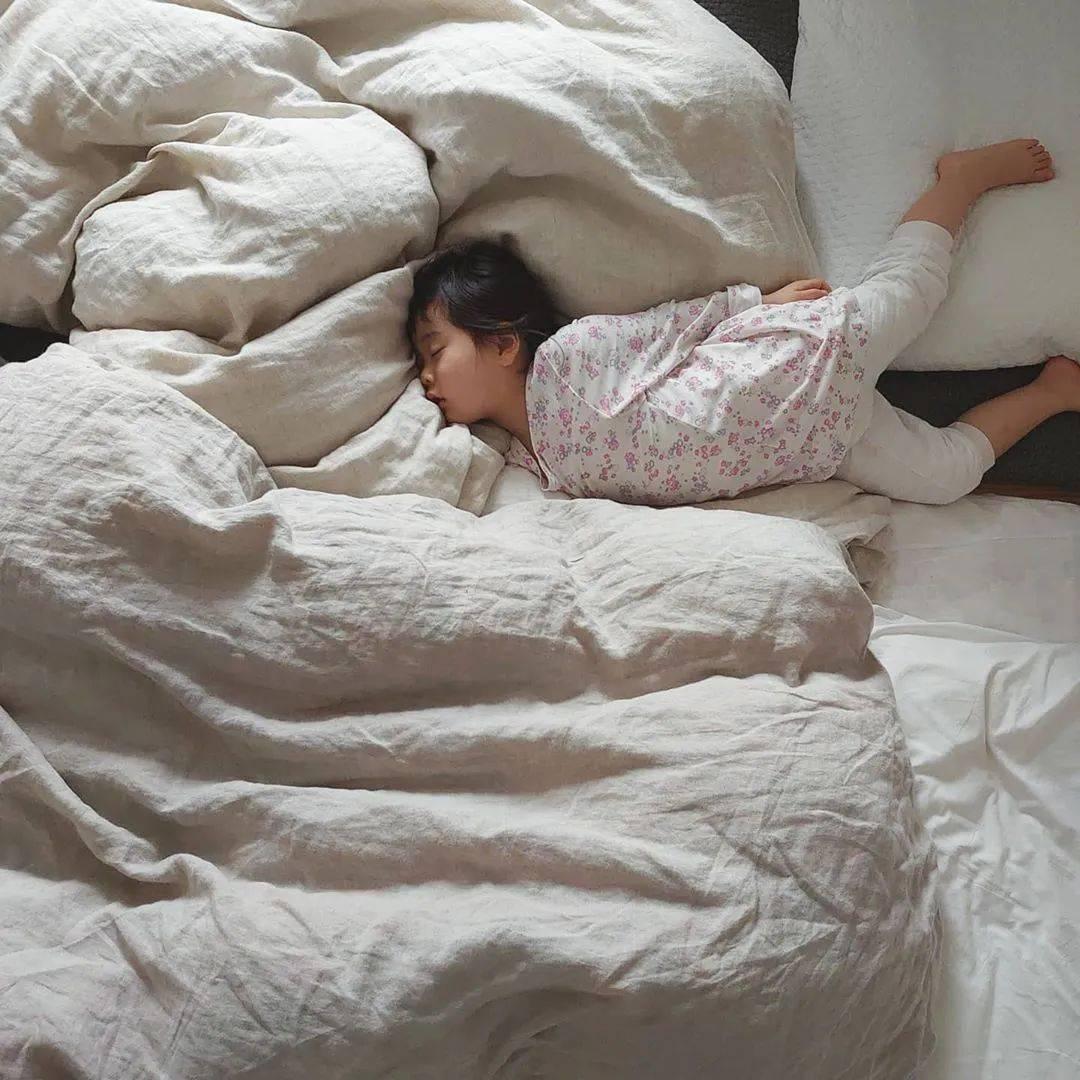 """妈妈悄悄记录姐妹""""灵魂睡姿""""爆红ins,岁月静好太治愈"""
