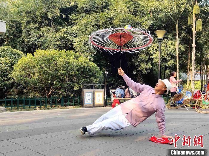 """民间伞技绝活惊艳福州 古稀老人""""玩转""""油纸伞"""