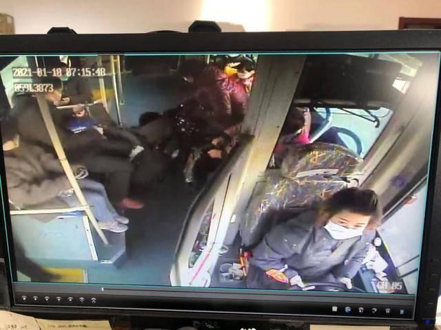 高中生公交车上突然晕倒,热心乘客和驾驶员接力送医