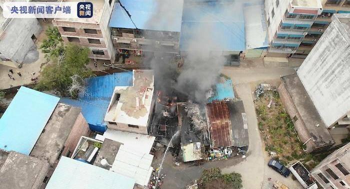 广西贺州一自建房着火消防队员途手迁移液化气罐121个