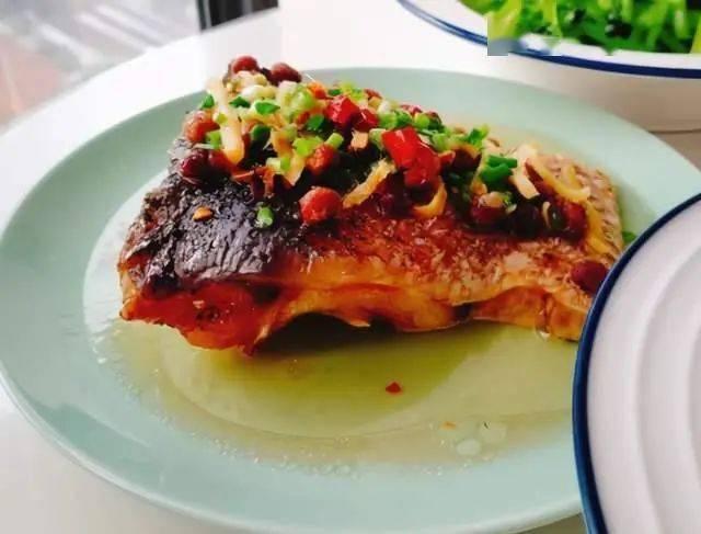 蒸腊鱼不可直接下锅蒸,多加1个步骤,鱼肉软韧有嚼劲,味道佳